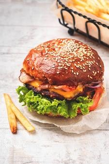 Cheeseburger e patatine fritte.