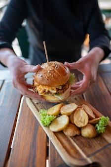 Cheeseburger fatto in casa con patate