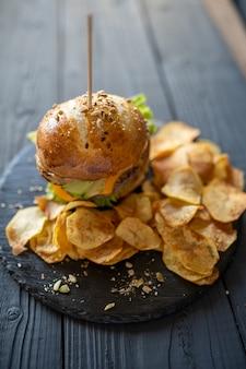 Cheeseburger fatto in casa con patatine