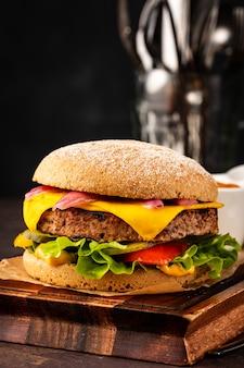 Cheeseburger fresco fatto in casa delizioso con cipolle marinate e peperoncino