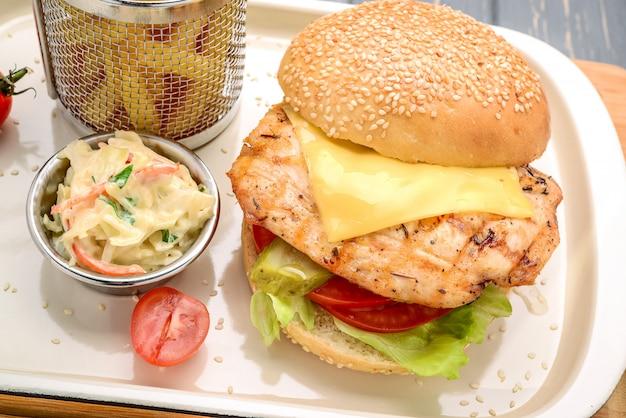 Cheeseburger hamburger gustoso e appetitoso. su un tavolo di legno