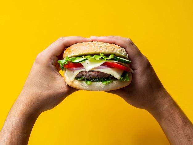 Cheeseburger saporito del primo piano con i semi