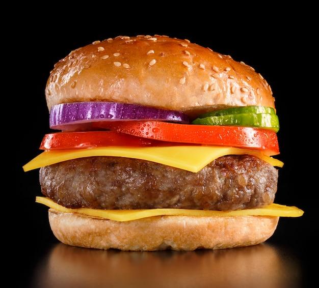 Cheeseburger saporito su fondo nero