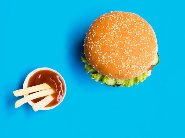 Cheeseburger vista dall'alto con salsa di ketchup