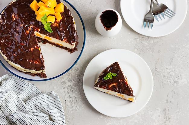 Cheesecake a fette di albicocca senza cottura con glassa al cioccolato, albicocche e menta