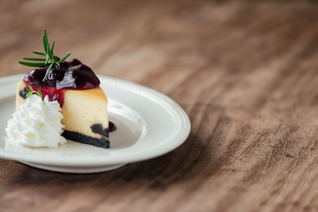 Cheesecake ai mirtilli di new york con panna montata