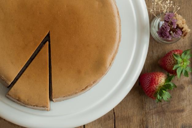 Cheesecake al cioccolato fatto in casa o cheesecake brownie per pausa caffè o l'ora del tè nella caffetteria