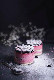 Cheesecake al ribes nero spolverato di zucchero in polvere