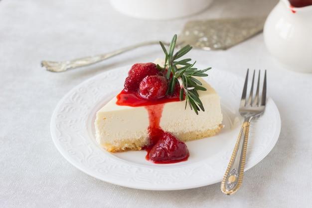 Cheesecake classica di new york con salsa di fragole e rosmarino