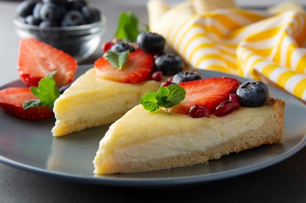 Cheesecake con frutti di bosco freschi e menta per dessert - sana estate cheesecake.