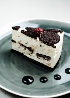 Cheesecake condita con biscotti di frutti di bosco e cioccolato