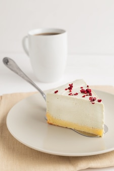 Cheesecake del tè verde di matcha su fondo bianco