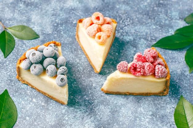 Cheesecake di new york fatto in casa con frutti di bosco congelati e menta, dessert biologico sano, vista dall'alto