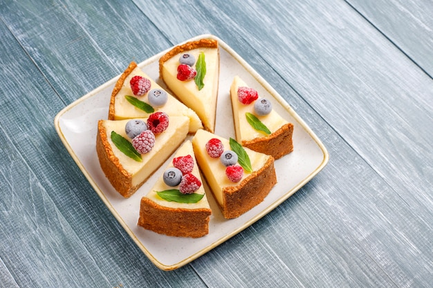 Cheesecake di new york fatto in casa con frutti di bosco congelati e menta, dessert organico sano, vista dall'alto