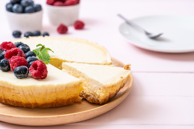 Cheesecake fatta in casa con lamponi e mirtilli