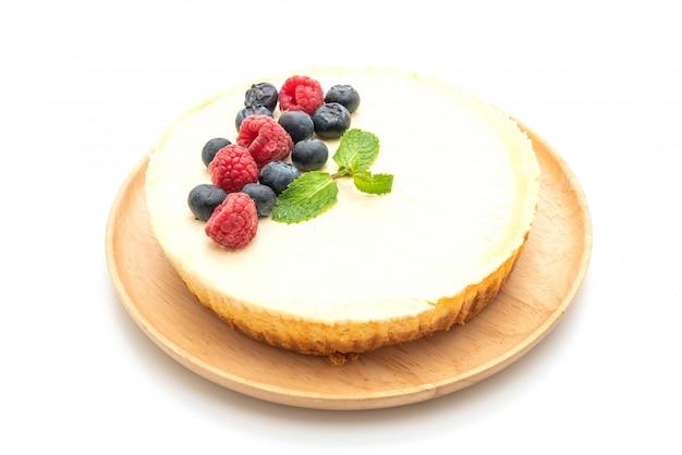 Cheesecake fatto in casa con lamponi e mirtilli su bianco