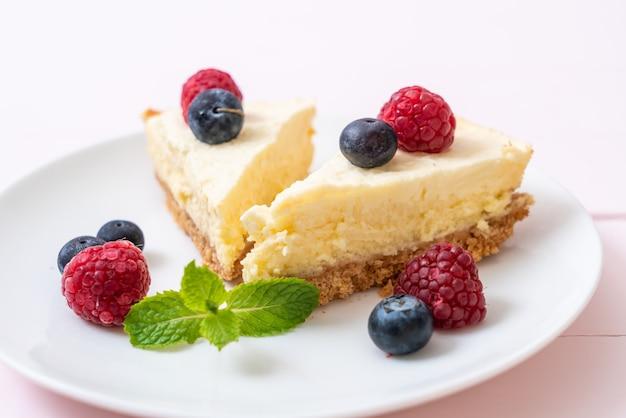 Cheesecake fatto in casa con lamponi e mirtilli