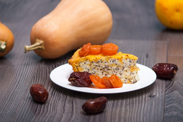 Cheesecake fatto in casa di zucca o torta con albicocche secche, papavero, arancia, frutta data.