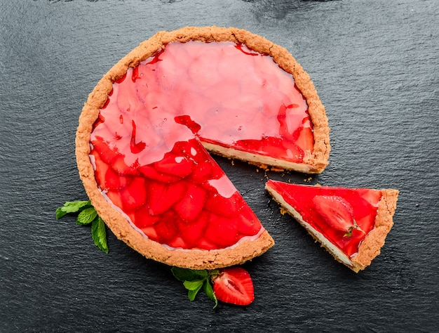 Cheesecake freddo con gelatina di fragole e fragole.