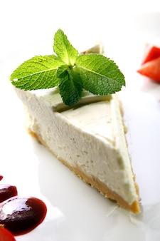 Cheesecake fresco servito con la menta