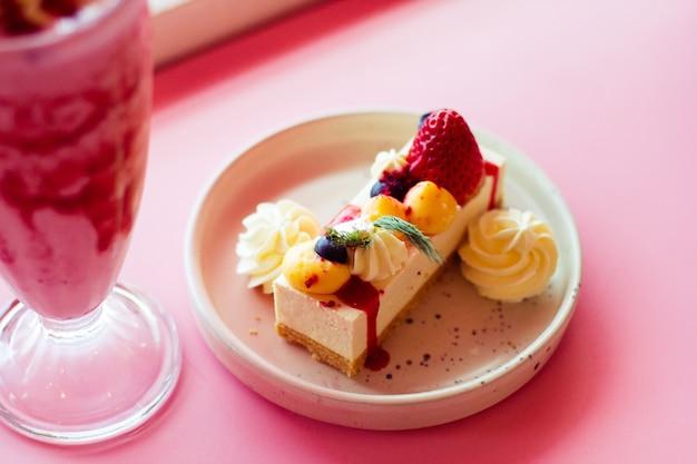 Cheesecake fruttato con fragole e frappè