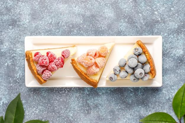 Cheesecake newyork fatta in casa con frutti di bosco congelati e menta