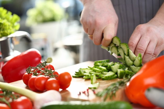 Chef chef hand chopping fresh cetriolo