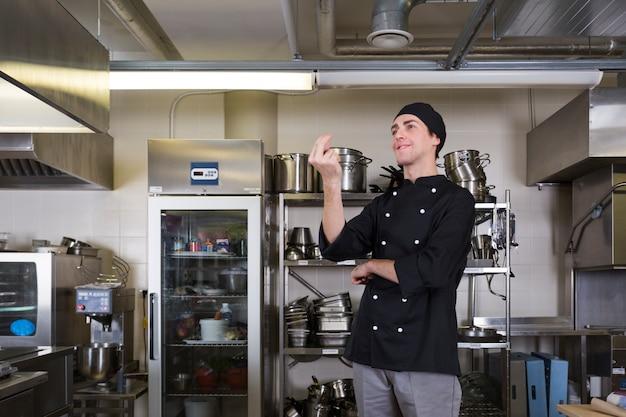 Chef con cucina uniforme e utensili