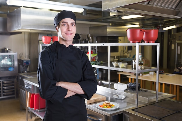 Chef con uniforme in una cucina