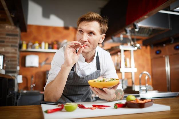 Chef di cucina insalata di verdure