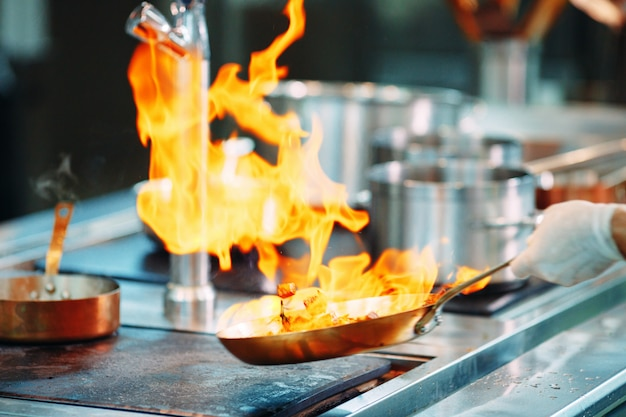 Chef di cucina verdure in padella wok.