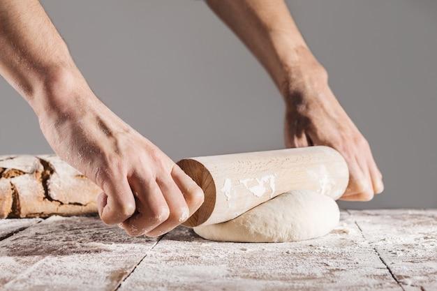 Chef facendo e impastando pasta fresca