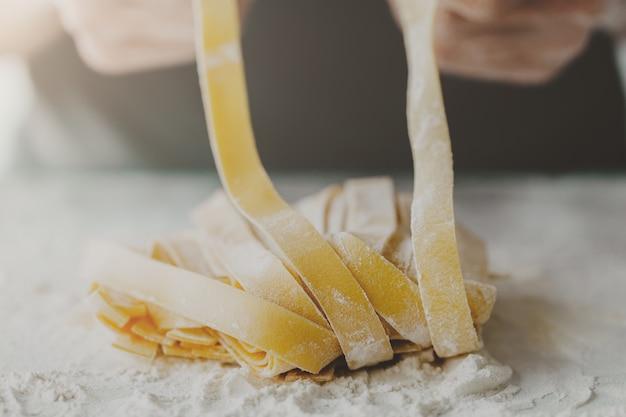 Chef facendo pasta tradizionale italiana fatta in casa