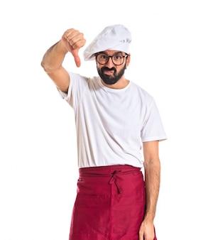Chef facendo un segnale difettoso su sfondo bianco