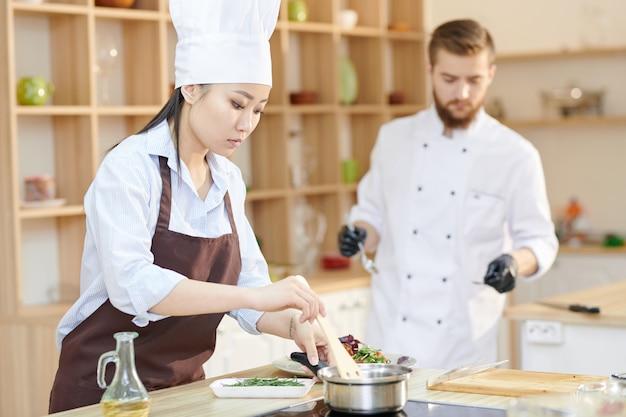 Chef femminile asiatico