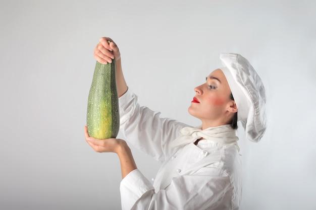 Chef in possesso di una grande zucchina