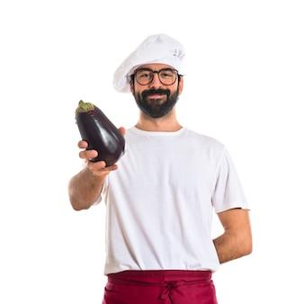 Chef in possesso di una melanzana