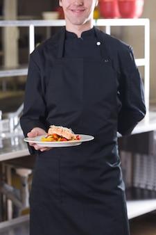 Chef mostrando il suo piatto