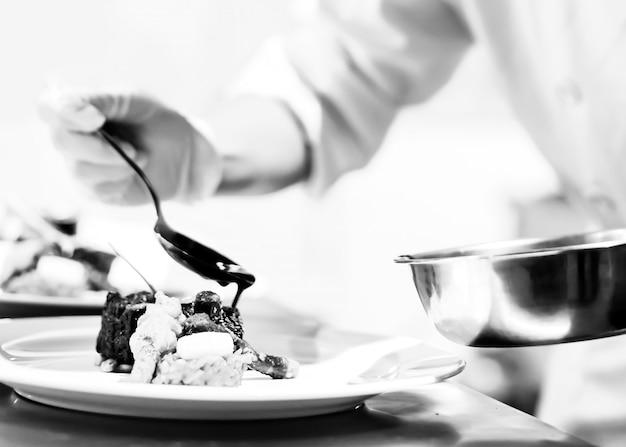 Chef prepara cibo in cucina, cucina chef