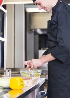 Chef prepara un'insalata