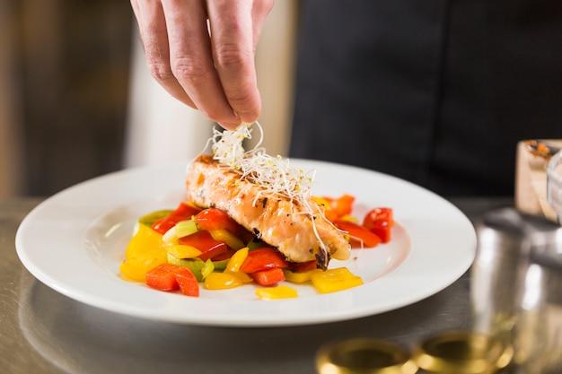 Chef prepara un piatto di cibo sano