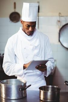 Chef utilizzando la tavoletta digitale