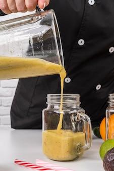 Chef versando il succo in barattolo