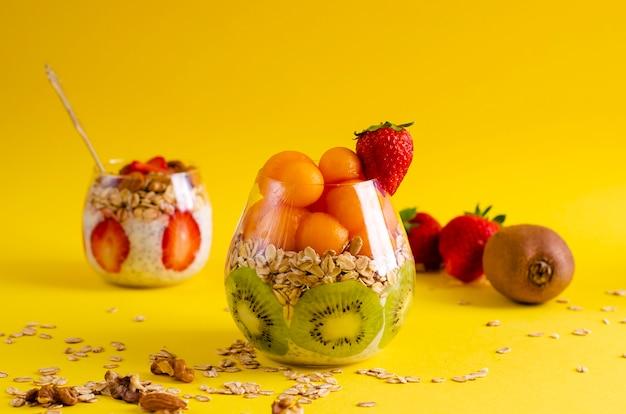 Chia budino con fiocchi d'avena e frutta fresca