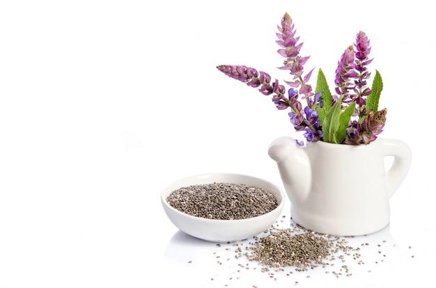 Chia semina superfood sano con il fiore isolato su bianco