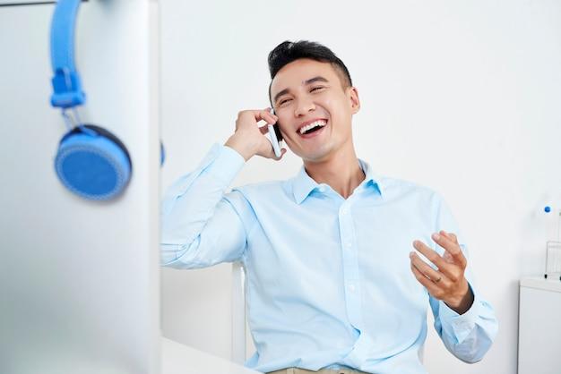 Chiamando uomo allegro