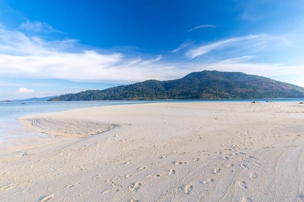 Chiari acqua e cielo blu all'isola di paradiso nel mare tropicale della tailandia