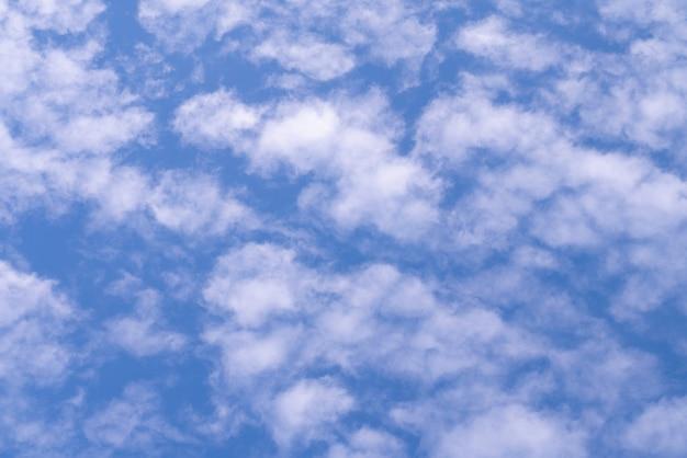 Chiaro cielo blu naturale con alcune nuvole per fondo o concetto di libertà del contesto