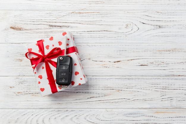 Chiave auto sul contenitore di regalo di san valentino