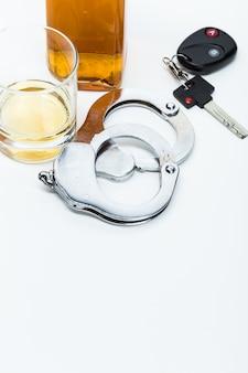 Chiave auto sulla barra con alcool versato
